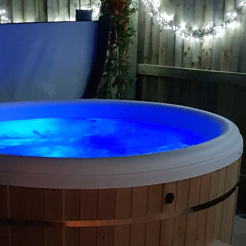 North Kingsfield Cottages Mill House private hot tub
